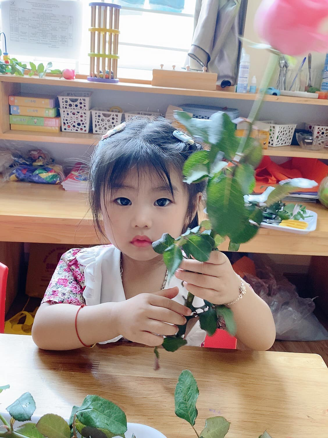 Giờ học thực hành cắm hoa của bé